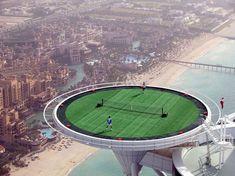 Är det på riktigt? Ser livsfarligt ut. The Worlds Highest Tennis Court on the top of Burj Al Arab in