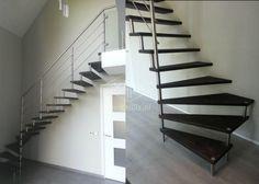 half vrijdragende exclusieve trap xillix.nl met rvs en zwarte blind gemonteerde houten treden