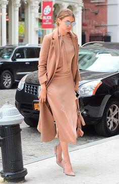 Gigi Hadid usa look total nude de vestido, maxi casaco e scarpin