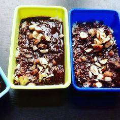 Chocolade brownie:  Bodem: 100 gr kokosrasp 50 gr kokosolie au-bain-marie 1 etl amandelmeel 1 etl kokosmeel 6 gedroogde vijgen 1 etl honing of mapel siroop   OPSTIJVEN IN DE VRIEZER  Chocolade:  DOE ALLE INGREDIËNTEN IN EEN AU-BAIN-MARIE PAN  50 gr cacaoboter 16gr cacaopoeder 8 gr kokosolie 2 etl mapel siroop of honing 1 thl kaneel snufje gember snufje vanille poeder  GIET HET GEHEEL OVER DE BODEN  BESTROOI HET MET FIJN GEHAKTE NOOTJES  #coconut #coconutoil #honey   #diy #healthyrecipes