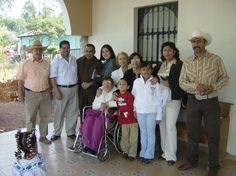 Un grupo de la familia Salgado Aguiñiga, en el atrio del templo de Ziquítaro