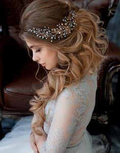 Tão importante quanto o vestido de noiva, o penteado é peça fundamental para compor o visual. E para obter o penteado perfeito vale tudo, inclusive, deixar