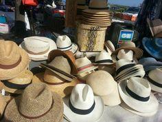 marché de Ars en Ré. Comme au Marché, vente de chapeaux.
