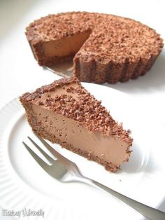 """Met cacao butter In our house, this raw vegan chocolate cheesecake is affectionately called """"triple chocolate insanity"""". Raw Vegan Cheesecake, Chocolate Cheesecake Recipes, Raw Vegan Desserts, Raw Vegan Recipes, Vegan Treats, Vegan Raw, Cheesecake Cake, Paleo, Roh Vegan"""