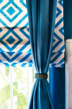 Braced With Bracelets - 10 Creative Ways to Use Household Items As Curtain Hardware on HGTV Like the roman shades with solid drape Blinds For Windows, Curtains With Blinds, Roman Curtains, Window Curtains, Living Room Decor Curtains, Decor Room, Bedroom Decor, Curtain Hardware, Kitchen Window Treatments