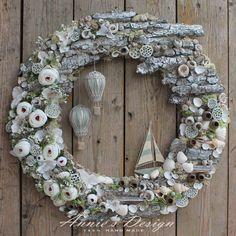 Turn ornaments into hot air balloons Sea Crafts, Seashell Crafts, Diy Arts And Crafts, Diy Wreath, Door Wreaths, Holiday Wreaths, Holiday Decor, Summer Deco, Fall Door Decorations