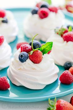 Pavlova is a showstopping meringue dessert and is easier than you think! Mini pavlovas have crisp shells and marshmallow centers. They melt-in-your-mouth! Mini Pavlova, Pavlova Cake, Meringue Pavlova, Meringue Desserts, Köstliche Desserts, Delicious Desserts, Dessert Recipes, Yummy Food, Fresh Fruit Desserts