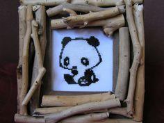 Panda brodé à la main dans un cadre en bois
