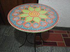 Mesa con mandala en trencadis.