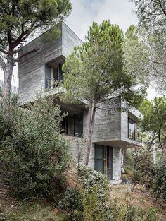 Voici mon coup de coeur du jour, Mediterrani 32, une somptueuse résidence à Sant Pol de Mar en Espagne. Réalisée par l'architecte Daniel Isern, elle est située sur un terrain en pente et au milieu des pins, offrant une vue à couper le souffle tout en étant à l'abri des regards.    Comme émergeant de la terre, sa structure en béton, fer, bois et pierre se marie parfaitement à son environnement et l'adéquate combinaison de ces matériaux met l'accent sur le caractère de chacun d'eux.
