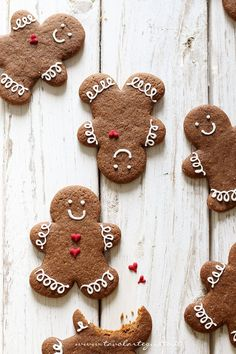 Wonderful gingerbread biscuits to give a touch of christmas to your table! Christmas Sweets, Christmas Gingerbread, Christmas Cooking, Noel Christmas, Christmas Goodies, Winter Christmas, All Things Christmas, Christmas Decorations, Cottage Christmas