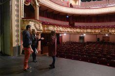 Le Théâtre accompagne les projets des lycées, collégiens et étudiants. Ici les élèves du Lycée Tristan Corbière font une visite acoustique des lieux.