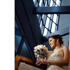 Novia lista y sonreída, todo fluye con armonía a pesar de la lluvia #fotografodebodas #weddingday #weddingphotography #olafmorrosfotografo #latosiboda #olafmorrosphotography  gracias por la confianza y la oportunidad @kleiverg82