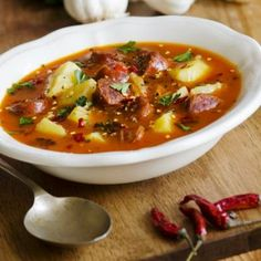 Tocanita usturoiata Romanian Food, Soups And Stews, Thai Red Curry, Soup Recipes, Chili, Good Food, Cooking, Ethnic Recipes, Pork