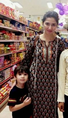 i love mahira khan . plus love the she carried a simple kurta . Pakistani Models, Pakistani Actress, Pakistani Dresses, Indian Dresses, Indian Outfits, Kurta Designs Women, Blouse Designs, Indian Attire, Indian Wear