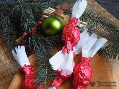 Limoncello, aszalt vörös áfonya, rózsavíz nagyon jó, harmonikus ízt adott a szaloncukor alapnak, amit Katuc konyha blognál (itt) olvastam és már... Christmas Wreaths, Christmas Bulbs, Limoncello, Advent, Holiday Decor, Christmas Swags, Christmas Light Bulbs, Holiday Burlap Wreath, Christmas Garlands
