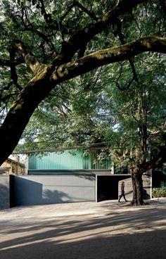 Confinado entre as construções vizinhas, o terreno tem extensão superior à média urbana paulistana Una arquitetos