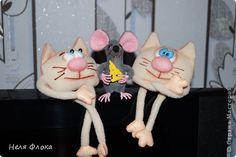Веселенькая компания. Котики и мышка сшиты из флиса, тонированы сухой пастелью, лапки у мышки на проволочном каркасе, кусочек сыра из фетра. фото 1