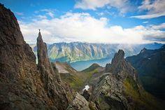 Wow, was für eine Landschaft!  Aufgenommen in Molladalen in den Sunnmørsalpen. Aber: ICH würde da nicht raufklettern, uaah. Foto: Håvard Myklebust / fjellfotografen.net / www.fjordnorway.com