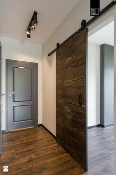 Prezentujemy naszą najnowszą warszawską realizację w stylu loftowym. Zawsze ciekawie projektuje się, gdy klient obdarowuje projektanta zaufaniem i decyduje się na odważne rozwiązan ...