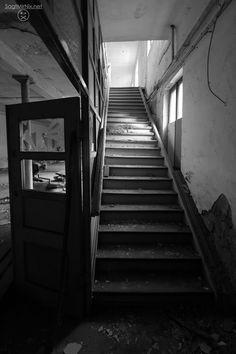 Lost Place in NRW: Keine ganze Geisterstadt, aber ein Geisterdorf namens Immerath steht neben dem Braunkohle-Tagebau Garzweiler. Ein faszinierender verlassener Ort. Jedes einzelne Gebäude steht leer ...fast!