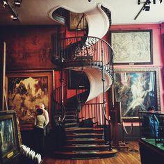 """parisguide 2.0.   Niotillfem """"Gustave Moreaus museum. Moreau var en konstnär på artonhundratalet och museumet är i hans gamla lägenhet. Trappan är världskänd och den finaste trappa jag sett."""""""