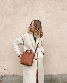 Cozy shearling coat with tan trim and tan handbag. Outfits Otoño, Beige Outfit, Inspiration Mode, Shearling Coat, Mode Vintage, Winter Looks, Winter Style, Coat Dress, Mode Style