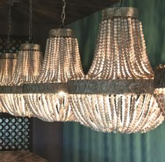 Deze landelijke PTMD hanglamp kralen hout is een blikvanger boven u eettafel of showroom. De kralen van deze hanglamp zijn van vergrijsd hout. Maat: Hoogte: 50cm / Breedte:50cm / Diepte: 40cm