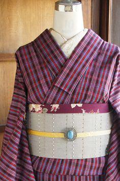 赤と青と白のトリコロールカラーに、シックな黒がきりっとしたアクセントになっているモダンチェックが織り出されたウールの単着物です。