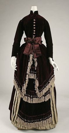 1880 via The Costume Institute of the Metropolitan Museum of Ar Retro Rack 1800s Clothing, Antique Clothing, Historical Clothing, 1880s Fashion, Edwardian Fashion, Vintage Fashion, Vintage Gowns, Vintage Outfits, Mode Costume