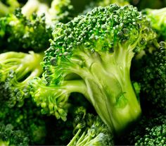 Broccoli contains alpha lipoic acid, which helps prevent the hardening of the collagen caused by sugar & is also a good source of selenium & calcium #foods that stop cellulite, #cellulite