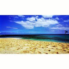 Après la montagne plage  #soleil #sun #sunny #instaday #instasun #goodday #blue #sea #plage #beach #playa #instabeach #scape #landscape #islandlife #paradise #weekend #love #water #aqua #reef #recif #sport #surf #fish #gotoreunion #reunionisland #lareunion #974 by eltapas