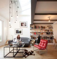 Este simpático duplex é resultado de uma reforma completa em um antigo apartamento de apenas 80 metros quadrados. Os arquitetos da CAIROS Architecture et P