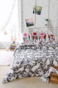 decor; bedroom; framed bed; boho bedroom; flowery; trick wall; decoração; quarto; cama; florido; parede de tijolinho;