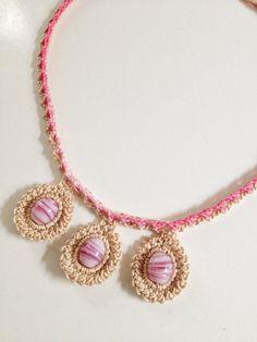 Colar feito em crochet com fio 100% algodão nº 12.  3 missangas em rosa claro rodeadas em crochet, ligadas a um fio em cordão triplo.  O resultado é brilhante.  Mede cerca de 42 cm de perímetro.  Todas as minhas criações são peças únicas.
