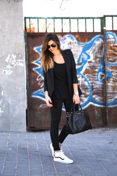 Street Style Woman / All Black Outfit / Sneakers White