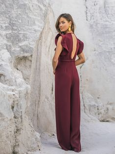 Jumpsuits are easy to both style and wear. This burgundy jumpsuit is perfect for formal occasion such as a wedding. Formal Jumpsuit, Wedding Jumpsuit, Burgundy Jumpsuit, Jumpsuit Outfit, Ladies Dress Design, Jumpsuits For Women, The Dress, Dress To Impress, Ideias Fashion
