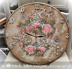 An antiqued shabby chic / vintage clock - Decoupage-Shabby Chic-Vintage and more - Clock Craft, Clock Decor, Ceramic Tile Crafts, Decoupage Wood, Big Clocks, Craft Room Design, Stencil, Decor Crafts, Shabby Chic