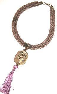 malva. Collar corto realizado en cuero, rocalla, cuentas de bronce y colgante de bronce importado de África.