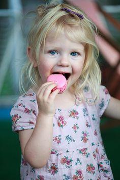 jeune fille mangeant un macarron I Foods, Children, Kids, Food Photography, Daughter, Eat, Photography, Young Children, Young Children