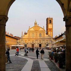 Il duomo di Vigevano dedicato al patronoSant'Ambrogio è la principale chiesa della città e sede delladiocesi di Vigevano. Si trova affacciata su un lato dipiazza Ducale nel centro della città. La costruzione dell'edificio fu iniziata daFrancesco II Sforzanel 1532 su una precedente chiesa del Trecento e terminò con la sua consacrazione nel 1612. L'originale facciata concava ideata dal VescovoJuan Caramuel y Lobkowitz fu realizzata in stile barocco dopo la morte del vescovo. Repost a…