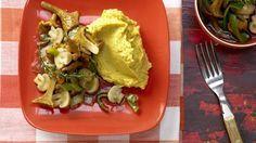 Kaum zu glauben, dass nicht mal 200 Kalorien eine derart köstliche Mahlzeit hergeben: Pilzgemüse auf Kichererbsenpüree mit Lauch   http://eatsmarter.de/rezepte/pilzgemuese-kichererbsenpueree