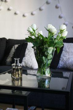 Hemmalyx med nya Living rumsdoft | Dermoshop bloggen #scandinavian #interior Scandinavian Interior, Vase, Table Decorations, Furniture, Home Decor, Decoration Home, Room Decor, Home Furnishings, Vases