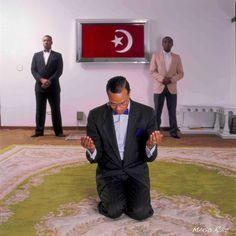 Minister Louis Farrakhan kneels in prayer, 2009 Photo credit: Mario Ruiz