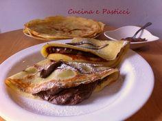 Ingredienti per le crêpes Per 5/6 crêpes 100 g di farina 00 30 gr di zucchero i semi di una bacca di vaniglia 250 ml di latte 2 uova 2 cucchiai di o