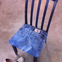 dining chair upholstered with denim Denim Decor, Denim Art, Jean Crafts, Denim Crafts, Patchwork Jeans, Denim Quilts, Jeans Recycling, Denim Furniture, Blue Jean Quilts