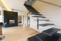 Zwevende trap met brut stalen treden type Wallclimber - Genico