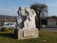 Un des ronds points avec statue, à Grasse, Provence-Alpes-Cote d'Azur