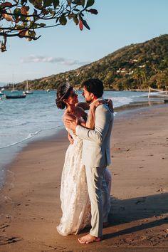 Casamento colorido em Ilhabela. Fabi e Paulo tiveram um lindo casamento em Ilhabela. Com cerimônia na praia, a festa contou com decoração colorida. Fotos por Sereiamor. Na imagem, noivos apaixonados com o mar como pano de fundo. Couple Photos, Couples, Colorful Weddings, Colorful Decor, Wedding On The Beach, Grooms, Couple, Couple Shots, Couple Photography