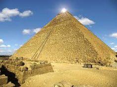 Piramide di Cheope ( 2585 a.C.) Lastroni squadrati di pietra calcarea, le sue quattro facce sono rivolte ai quattro punti cardinali e hanno un' inclinazione di circa 52 gradi. Necropoli di Giza, Il Cairo.